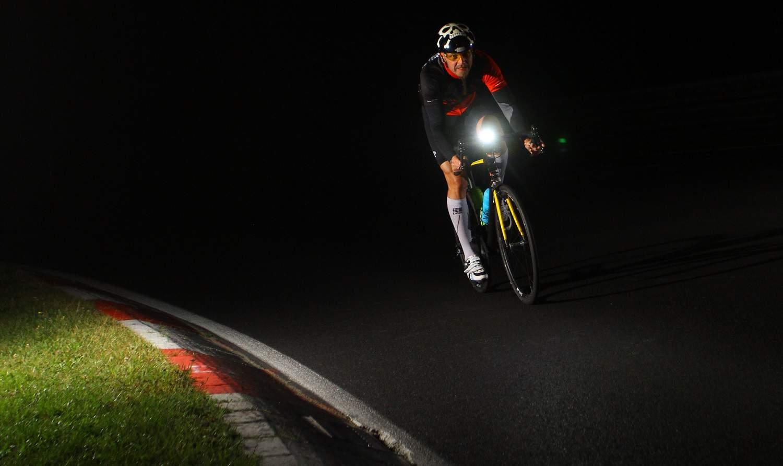 Oświetlenie rowerowe – przepisy dotyczące obowiązku posiadania lampek rowerowych.